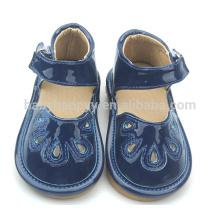 Новый стиль моды плоский ребенок девочек фиолетовый обувь малышей дети скрипучие туфли