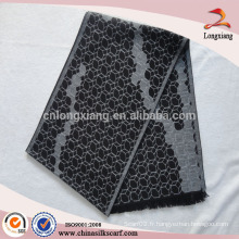 Fabrication d'écharpe en soie géométrique pour hommes