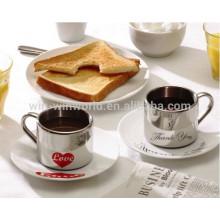 Copos e canecas anamórficos de café da manhã doce