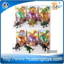 Des enfants drôles poussent un jouet d'oeufs de dinosaures en 2014 pour les enfants à vendre
