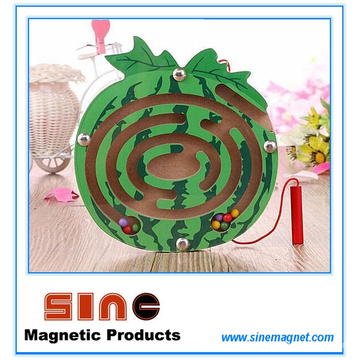 Labirinto magnético de madeira em forma de fruta para brinquedos educativos