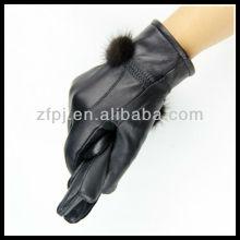 Conejo furball adornan el guante hecho de cuero de las señoras