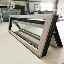 Las ventanas de madera del sótano empujan hacia afuera la ventana abatible de doble vidrio