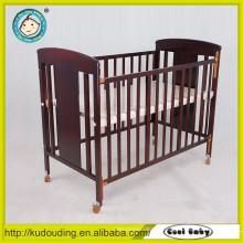 Confortável bebê cama de madeira desenhos