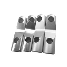 CNC que trabaja a máquina las piezas mecánicas de aluminio