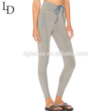 Señoras atractivas del gimnasio de la cintura alta desgaste apretado de la yoga para las mujeres