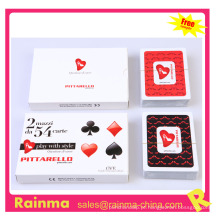 Cartões de jogo dos namorados na caixa de presente