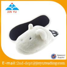 Des pantoufles en peluche blanches et confortables en hiver sur mesure