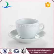 Copo de chá branco delicado e suporte de pires