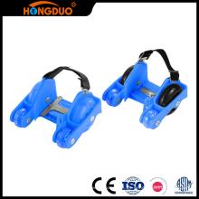 Resplandor de la manera en las cuatro ruedas oscuras que destellan los mini zapatos del patín del rodillo