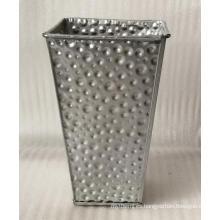 Cubo de flores de metal tallado en plata