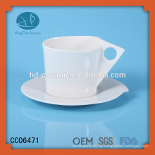 Feste weiße Porzellankaffe und Untertasse, Trinkbecher und Untertasse, Keramikbecher und Untertasse mit Logo
