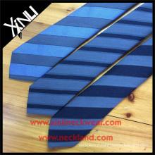 Cravate élégante en laine filée rayée de soie