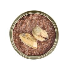 Aliments en boîte de nourriture pour animaux de compagnie d'animal familier avec le matériel naturel