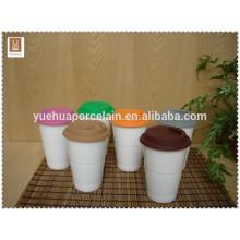 Taza de cerámica de viaje con tapa de silicona para la promoción