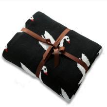 बेबी बतख के साथ काला कपास कंबल बुनाई