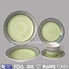 Assiette et tasse en céramique émaillée de couleur verte