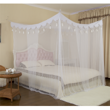 Довольно удобная сетка для спальни с кисточками