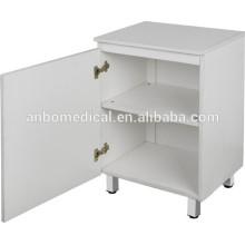 Casier à chevet en bois à l'hôpital ou à la maison avec deux étagères et une porte