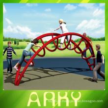 Kinder im Freien Spielplatz Klettergerüst