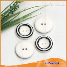 Botón de poliéster / botón de plástico / botón de camisa de resina para el escudo BP4206