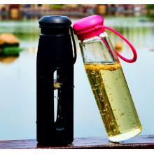 Bouteille de sport à eau en verre vendue à chaud avec une bouteille en verre portatif en silicone
