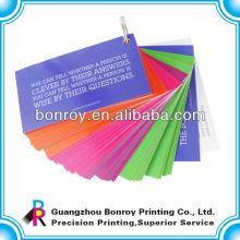 Entreprise imprimée enfants jouant des cartes en papier
