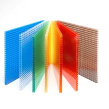 O policarbonato Multiwall cobre o revestimento UV da folha de parede do gêmeo 10 anos de garantia