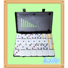 Lot de 6 dominos colorés dans une boîte en plastique noire