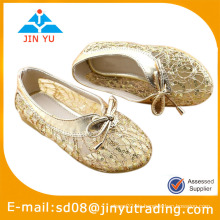 Goldene Mädchen kleiden Schuhe
