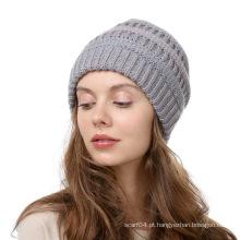 As mulheres fizeram malha chapéus acrílicos feitos sob encomenda do inverno
