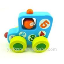 Pequeño juguete de madera de haya pintada al aire libre
