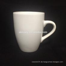 weiße Steingutbecher für Tee