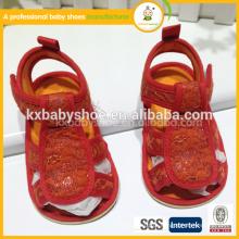 2015 Venda barata de sandálias adoráveis de croche vermelho para crianças