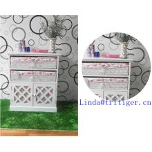 weißer Massivholzschrank mit Weidenkorbtür mit Korbschubladen