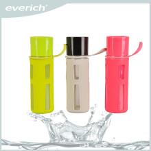 Bouteille d'eau en plastique de 650 ml avec couvercle AS et poignée de transport souple et douille en silicone