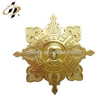 China fabricante de liga de zinco morrer atingiu emblema do emblema de metal de ouro personalizado