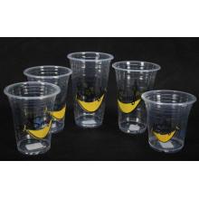 Tasses en plastique avec différents logos