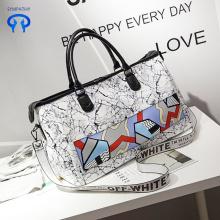 La version coréenne porte un grand sac à bagages