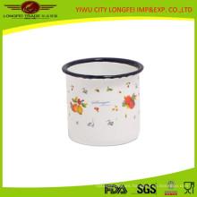 Taza de esmalte blanco con linda calcomanía