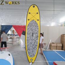 Le surf gonflable de planche à roulettes de sport d'eau tiennent des planches de palette