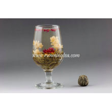 Thé à fleurs en fleurs à l'épanouissement fait à la main