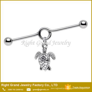 La tortuga de mar hecha a mano de acero quirúrgico 316L cuelga la barra industrial del oído