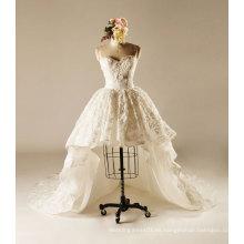 Vestido corto de la boda con el tren de la corte