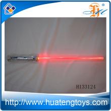Los juguetes baratos plásticos de la venta caliente encienden para arriba espadas, cambiando el color que destella las espadas del juguete para los cabritos H133124
