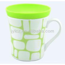 taza blanca con tapa de silicona