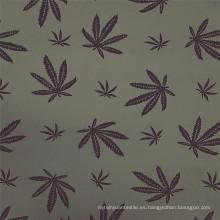 Elegante tela de rayón gris con estampado bengalino de hojas de arce