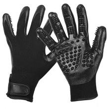 Cinq gants de toilettage