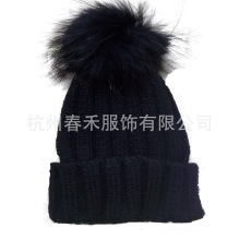 Las nuevas mujeres del estilo hicieron punto el sombrero de las lanas / el sombrero del ganchillo con la piel POM Poms / hicieron punto el sombrero de la gorrita tejida con la piel POM POM