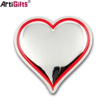 Insigne de voiture faite sur commande en gros d'emblème de voiture en métal de forme de coeur à vendre